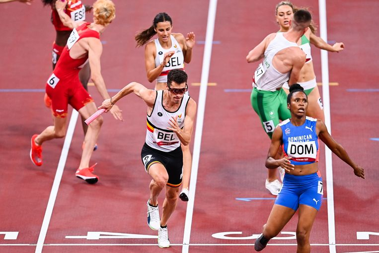 Camille Laus geeft de stok door aan Jonathan Borlée op de 4x400 meter gemengd. Beeld BELGA