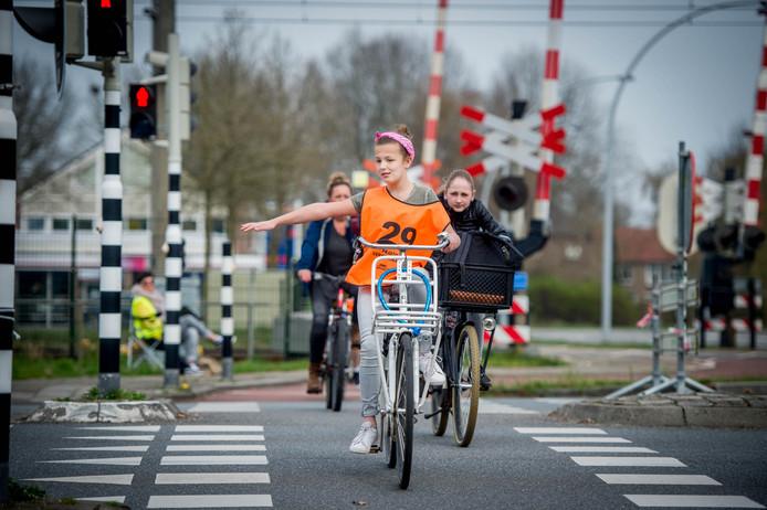 Kinderen steken per fiets de kruising Hoefsestraat-Stationslaan-Ringlaan over. De kruising wordt veiliger voor fietsers.