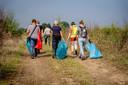 Staatsbosbeheer en een groep vrijwilligers maken de uiterwaarden bij Dreumel schoon.