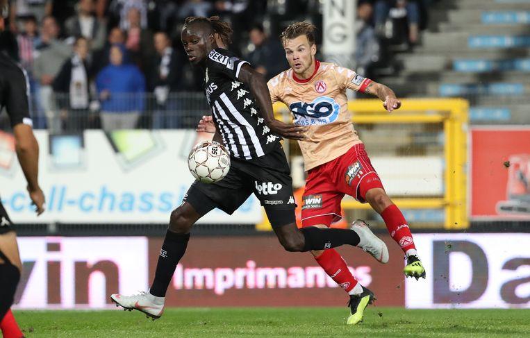 Fall in het shirt van Charleroi in duel met D'Haene van Kortrijk.