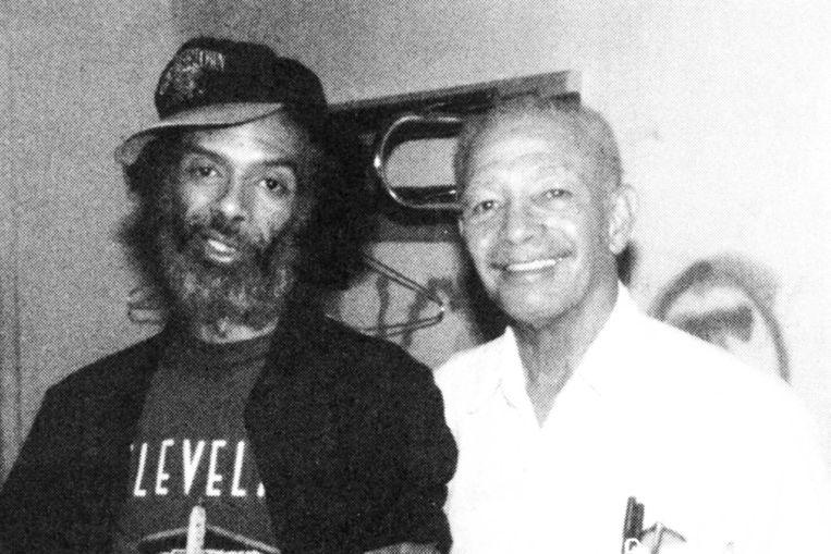 Gil Scott-Heron (links) en Gil Heron backstage na een concert in 1993. Beeld