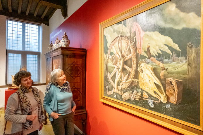 Marianne Rijken (r) en Nicolette van Neste bij een werk van Piet Rijken, De Rode Lap, dat te groot is om boven te hangen.