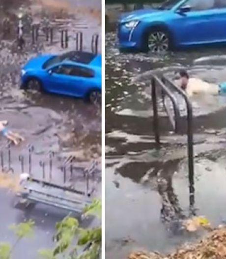 Un Parisien nage sur un célèbre boulevard après l'orage