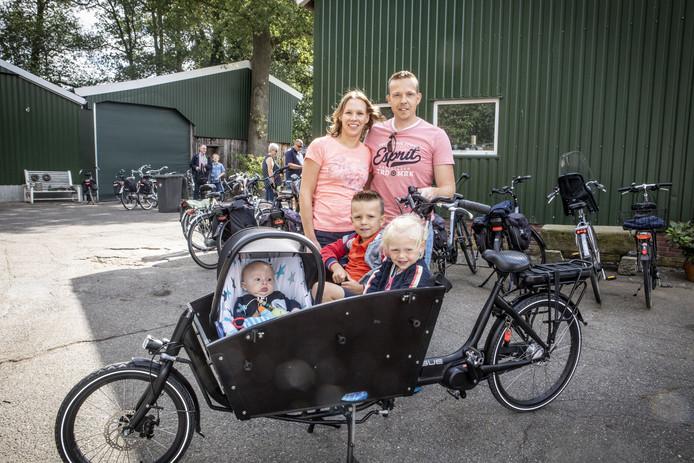 Toer de Boer, kom uit de stad fietstocht. Tweeluik, ene kant boerengezin, andere kant 'stads gezin'. Op de foto Harold en Ellis Reuvers en hun kinderen Jasmijn, Sven en Otis.