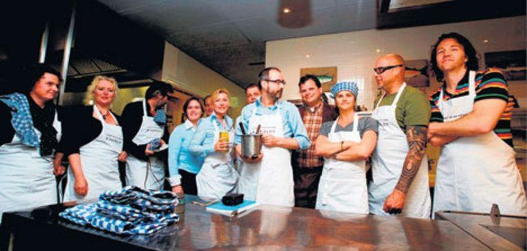 Het gezelschap schrijvers en kunstenaars dat meewerkte aan het jubileumkookboek van restaurant Merlet in Schoorl. Beeld