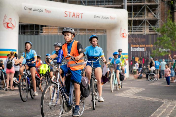 De renners van Ome Joop's Tour beginnen op de Markt in Arnhem aan hun tien dagen durende ronde.