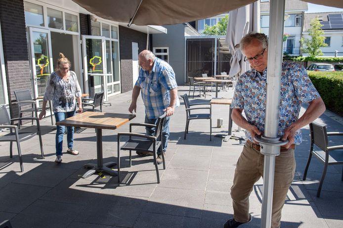 Het terras van De Linde  is weer geopend en wordt in gereedheid gebracht door Kees Jongenelis (r) en twee vaste krachten van het buurthuis.