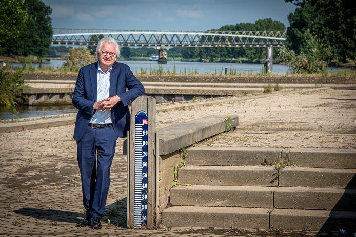 Burgemeester Willem Gradisen van Mook en Middelaar op de Maaskade. Begin deze week zou hij op deze plek ruim onder water zijn verdwenen.