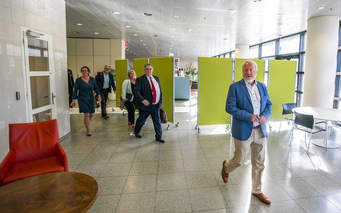 De Nijmeegse burgemeester Hubert Bruls (m), voorzitter van het Veiligheidsberaad, minister Tamara van Ark (l) en Jaap van Dissel van het RIVM (r) na een ingelast overleg van de voorzitters van de 25 veiligheidsregio's over mogelijk regionaal maatwerk tegen de verspreiding van het coronavirus.