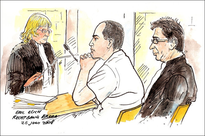 Carlos H. (midden) tijdens de eerste rechtszaak op 26 juni in Breda. Tekening Eric Elich