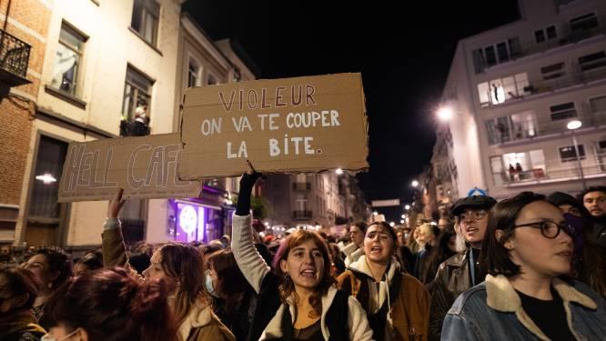"""""""Verkrachter: we snijden je lul eraf"""": met deze protestborden tonen vrouwen in Elsene hoe boos ze zijn na verkrachtingszaak in café"""