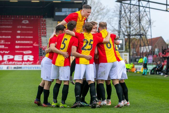 Go Ahead Eagles juicht na weer een doelpunt tegen Helmond Sport (5-1).