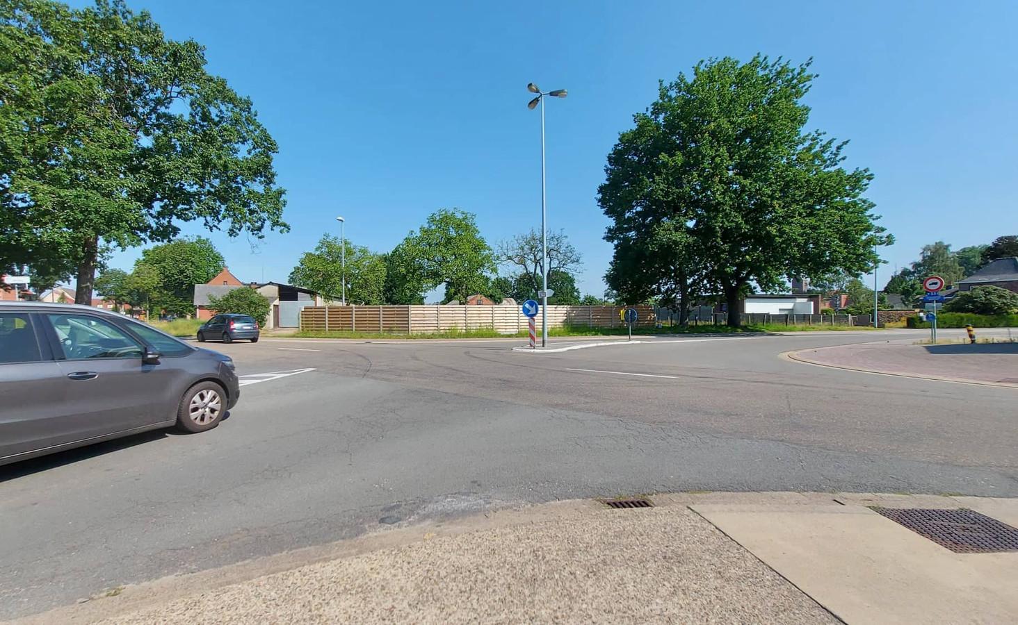 Op het complexe kruispunt van de Sint-Apollonialaan, het Bruggeske en De Rooy zorgen de by-pass en slechte zichtbaarheid voor een onveilige verkeerssituatie.