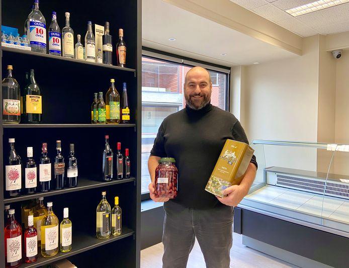 Chris Van Hout in het nieuwe winkeltje 'Yamas Catering'