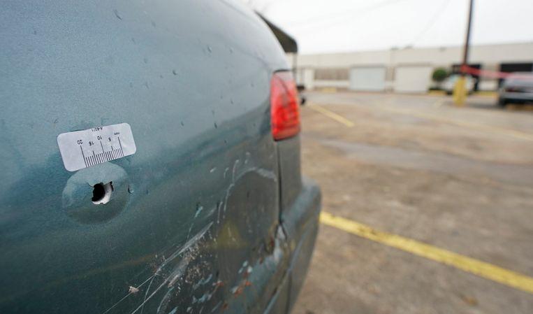Ook een geparkeerde auto werd getroffen.