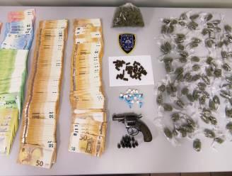 Huiszoeking in nachtwinkel levert vuurwapen, 276 gram marihuana en bijna 40.000 euro op