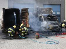Bestelbus volledig uitgebrand op parkeerplaats in Oss, politie doet onderzoek