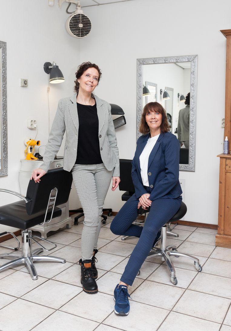 Ursula Fokkens (rechts) en Monique Feddema (links) van Les Jumeaux Hairstyling. Beeld Nina Schollaardt