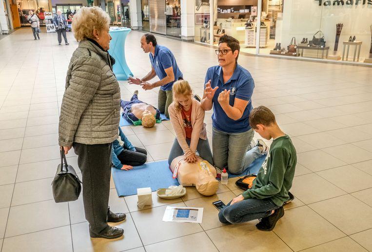 Studenten leren shoppers hoe ze moeten reanimeren. Hier op de foto nabij Bel & Bo in het Ring Shopping.
