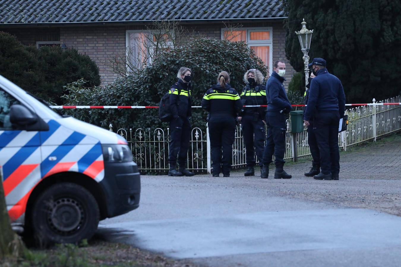 Politie zaterdagmiddag bij de woning aan de Oude Boomgaard in Boxtel waar het stoffelijk overschot van bewoner Henk van den Oetelaar is aangetroffen.