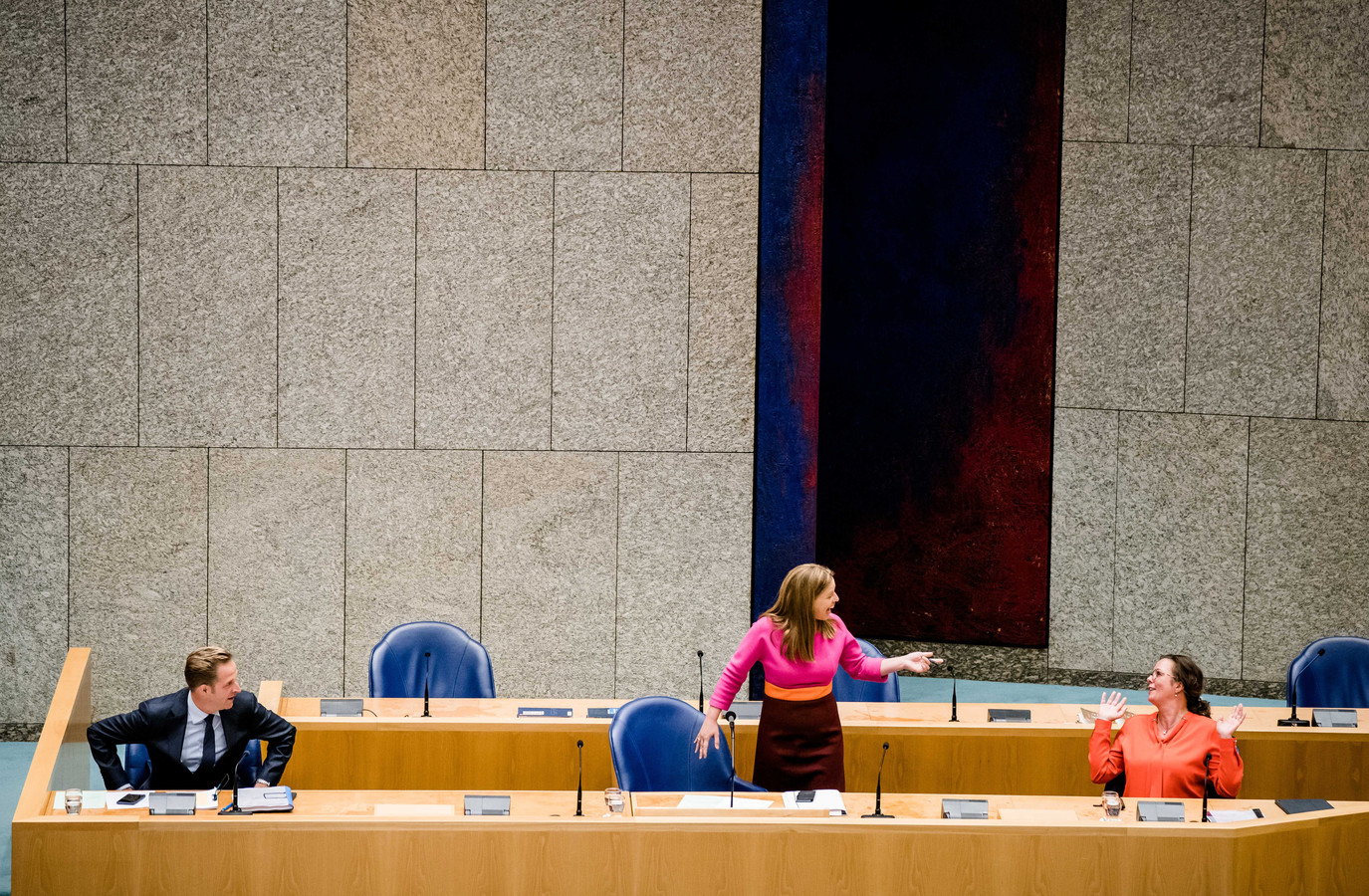 Minister Hugo de Jonge (VWS, CDA), Minister Carola Schouten (LNV, ChristenUnie) en Staatssecretaris Tamara van Ark (SZW, VVD) tijdens het debat in de Tweede Kamer over de onderzoeksresultaten over COVID-19 bij nertsen.