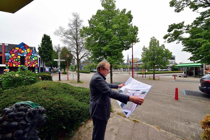 Het hele stationsgebied van Etten-Leur krijgt een make-over, laat wethouder Kees van Aert op de kaart zien. Veilige fietspaden, andere busbanen, een nieuwe bloemenkiosk voor Jan Tit en een lunchroom met een groot terras. De fietsenstalling verhuist naar de plek van het oude postkantoor. Het bouwblok links op de foto (De 4 Leeuwen) gaat plat voor jongerenhuisvesting. Het parkeerplein in het midden krijgt andere bomen en bloembakken. Aan het politiebureau (midden) verandert niets, maar de voormalige Rabobank (rechtsachter) wordt gesloopt voor luxe appartementen. De Anna van Berchemlaan (links achter) krijgt nieuwe riolering en ondergaat een opknapbeurt.