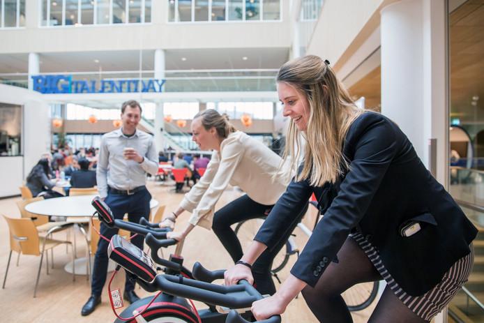 Medewerkers van Capgemini in Utrecht sporten op het werk. Dit zijn  Laura Kreuk (24, vooraan) en Myrte Bos (29).