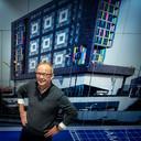 Ton van de Klok, topman van Klokgroep,  de bouwende ontwikkelaar uit Nijmegen. Achter hem een foto van het poppodium Doornroosje in Nijmegen dat de  Klokgroep heeft gebouwd.