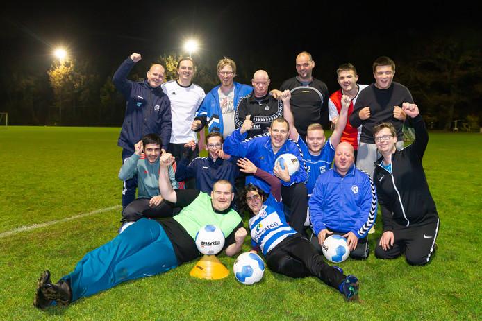 Het elftal van trainer Carsten Voerman op de laatste training voor de allesbeslissende wedstrijd van zaterdag. De jongens en dame van SV HTC G1 uit Zwolle hebben aan een gelijkspel genoeg om voor de eerste keer in de clubhistorie kampioen te worden.