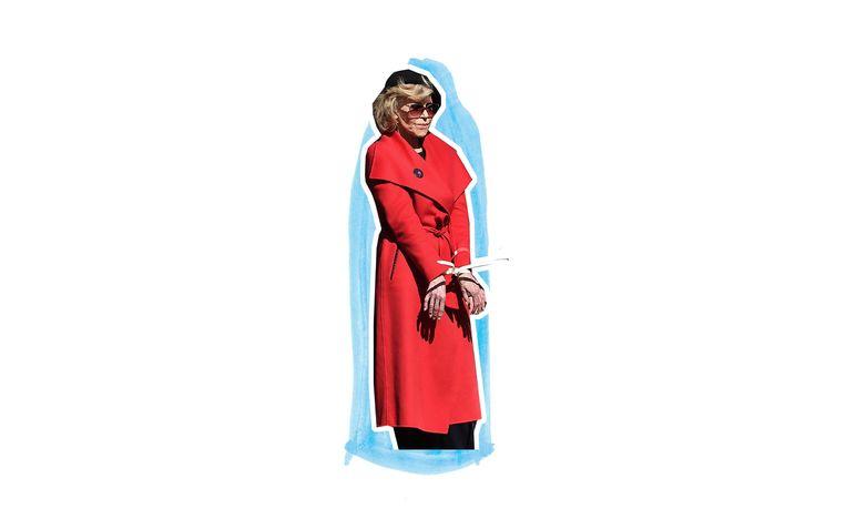 Jane Fonda, geboeid in rode  jas. Beeld Foto: ANP, Bewerking: Studio V