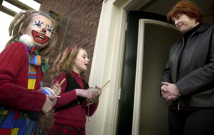 In 2002 gingen Lara de Bakker en Silke Spapens met hun rommelpotten langs de deuren van Goirle.