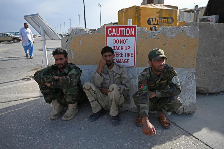 Soldaten van het Afghaanse leger op de Bagram-luchtbasis, waar alle troepen van de Navo en de VS inmiddels vertrokken zijn.  Beeld AFP