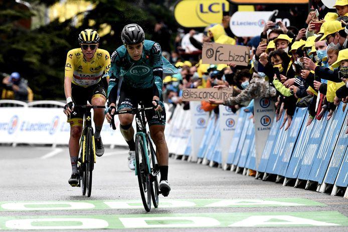 Franck Bonnamour komt vlak voor geletruidrager Tadej Pogacar over de finish in de negende etappe.