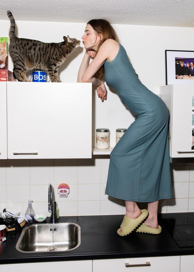 Emma Wortelboer (24) uit Manderveen, hier thuis op haar aanrecht in Amsterdam