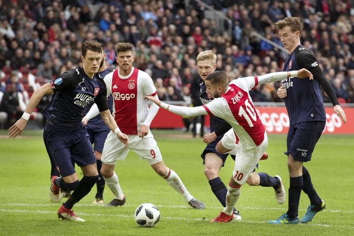 FC Twente verloor zondag nipt van Ajax (2-1). Het winnende doelpunt viel uit een dubieuze strafschop.
