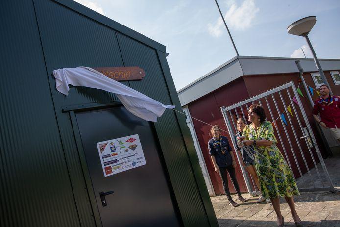 Burgemeester Marga Vermue onthulde de oude, vertrouwde naam van de nieuwe botenloods.