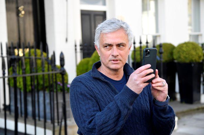 José Mourinho vorige week maandag voor zijn huis na zijn ontslag bij Tottenham Hotspur.