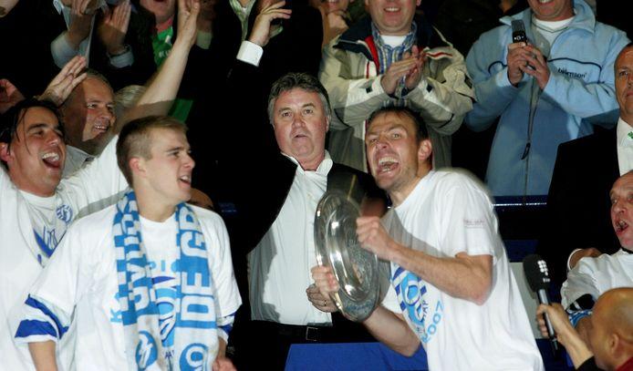 Guus Hiddink heeft de kampioensschaal aan aanvoerder Joost Volmer van De Graafschap uitgereikt (2007). Hiddink was als Achterhoeker nauw betrokken bij de club. Hij was er speler en begon er zijn profcarrière als trainer.