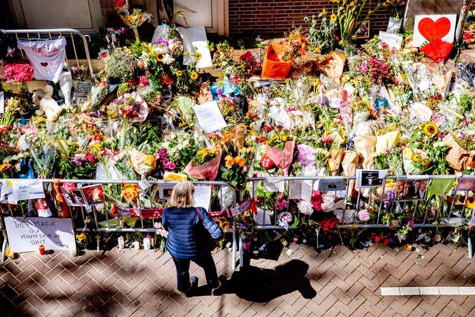 De bloemenzee voor misdaadverslaggever Peter R. de Vries in de Lange Leidsedwarsstraat.