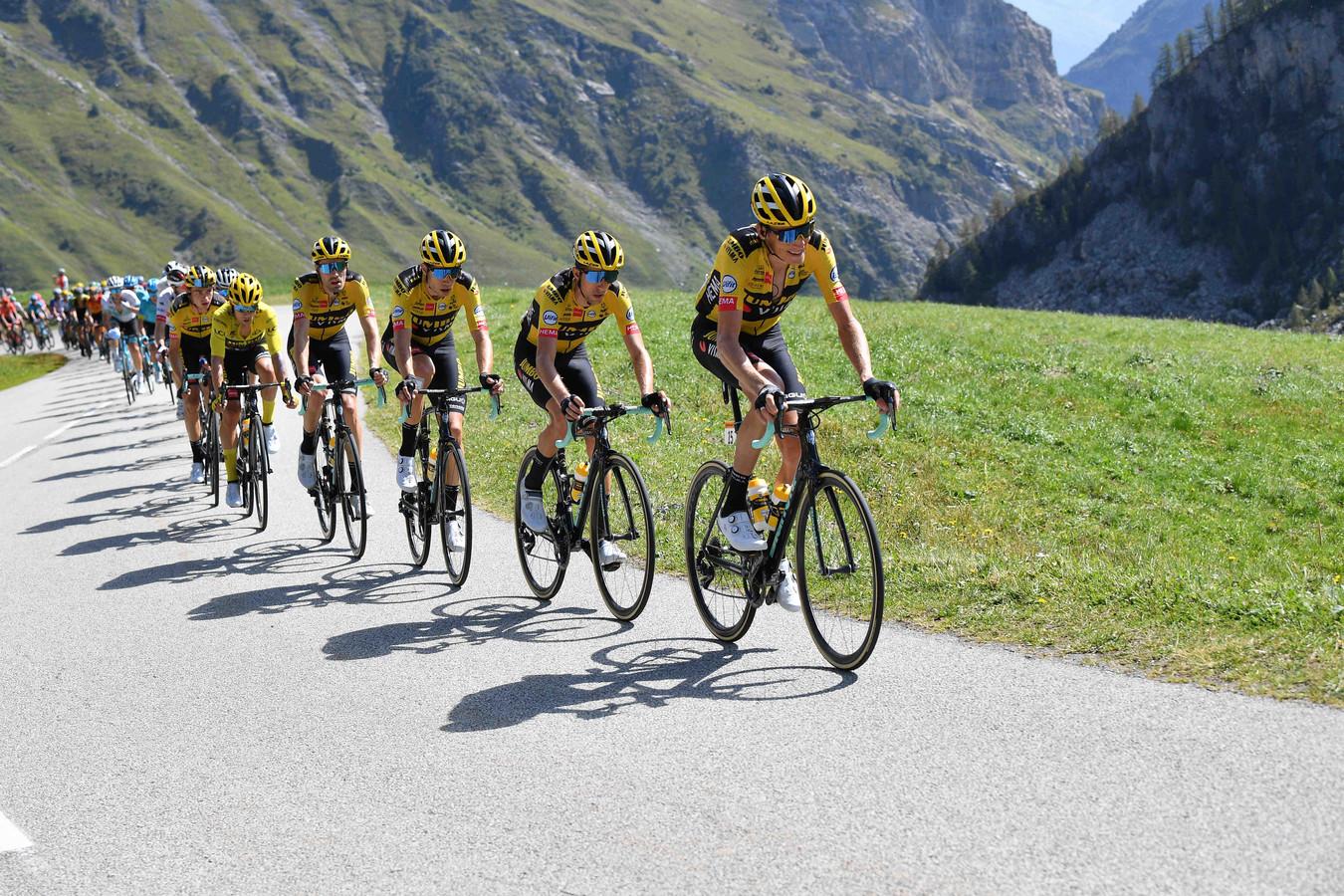 Hét beeld van drie weken Tour de France, met name in de bergen: Jumbo, Jumbo, Jumbo en nog eens Jumbo.