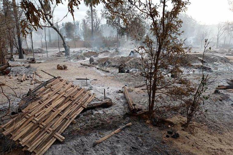 Het dorp Kinma in Midden-Myanmar na brandstichting. Twee bewoners kwamen om, anderen waren de bossen in gevlucht. Beeld AP