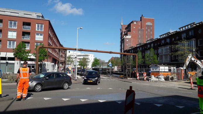 Het rioolwater afkomstig van de Markendaalseweg wordt tijdelijk via een buis over de weg heen naar het riool aan de Nieuweweg geleid.