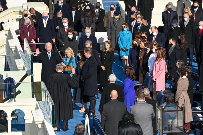 De aanwezigen staan wat verder uit elkaar dan we gewend zijn te zien op andere inauguraties.