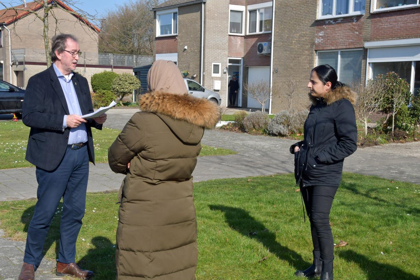 Burgemeester Jan Lonink ontvangt in Sas van Gent de handtekeningen die zijn opgehaald door Güven Ucar (zwarte jas). Buurtbewoners willen dat de vijver gedempt wordt om nieuwe ongelukken te voorkomen. Aanleiding is de verdrinking van een 6-jarig jongetje.