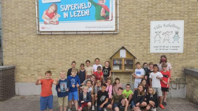 """Basisschool W'IJzer hangt boekenruilkastje op. """"Onze leerlingen zijn al superhelden in het lezen, nu willen we ook de buurt motiveren"""""""