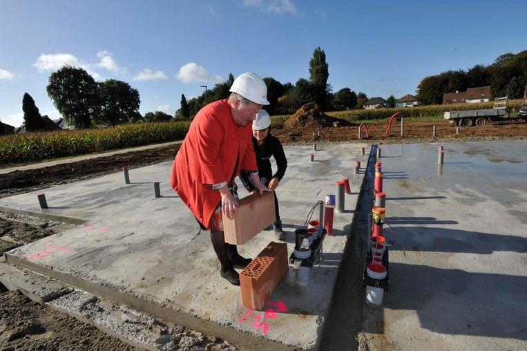 Burgemeester Marleen Mertens legt de eerste steen van een nieuw bouwcomplex.