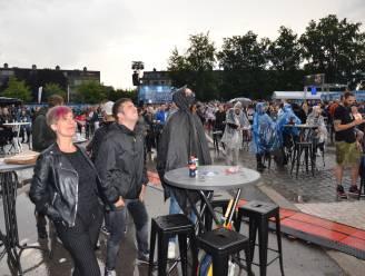 """""""Headbangen kan ook aan tafeltje"""": fans houden er de moed in op uitgeregende metaldag Lokerse Feesten"""
