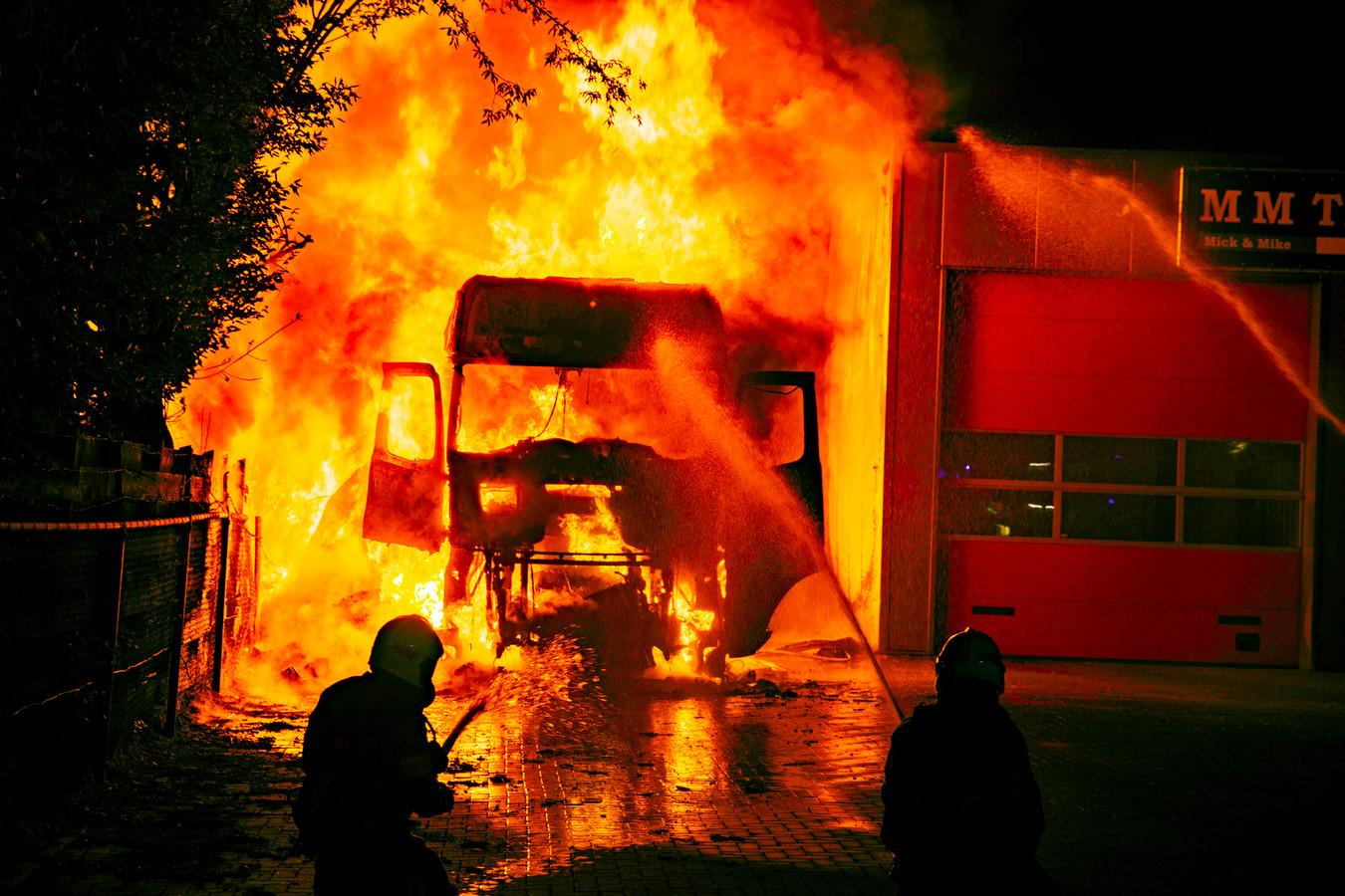 De vrachtwagenbrand in Doesburg op 20 augustus. De 46-jarige chauffeur lag te slapen in zijn cabine en liep bij het verlaten van het voertuig ernstige brandwonden op.