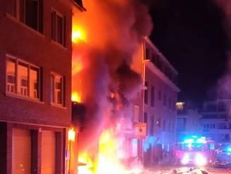 """Achterburen zien koppel ontsnappen uit vuurzee: """"Ik zag ze schreeuwend naar beneden springen"""""""