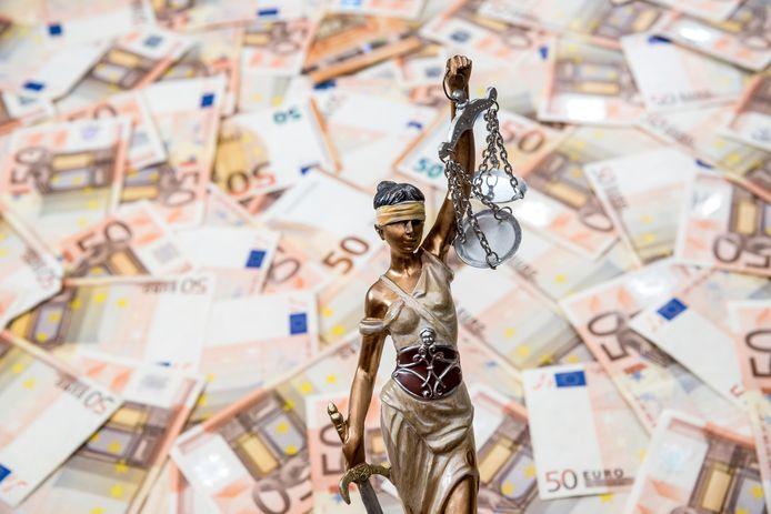 Het OM heeft becijferd dat de vrouw een kleine twee miljoen verdiende met de fraude;  crimineel verkregen geld dat zij moet betalen aan de staat.